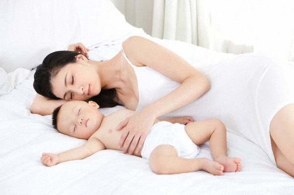 Kết quả hình ảnh cho mẹ tranh thủ ngủ