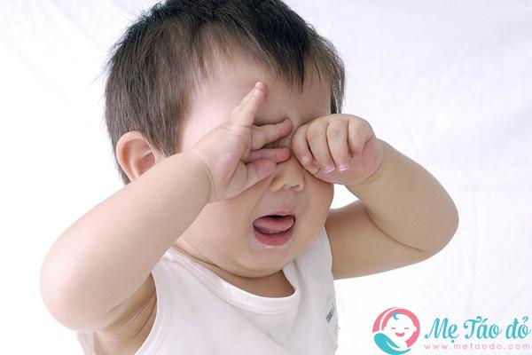 trẻ xem điện thoại nhiều khiến mắt trẻ yếu hơn