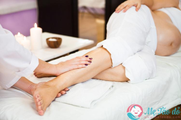 massage là cách làm giảm sưng chân cho bà bầu 1017169276