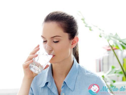 mẹ sau sinh cần uống nước ngay