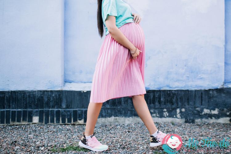 thay đổi cơ thể khi mang thai tăng cỡ chân