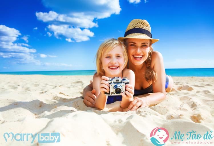mẹ và bé trên bãi biển